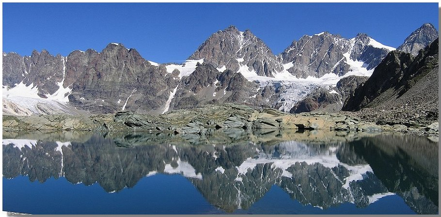 La testata della valmalenco si specchia nel laghetto delle for Immagini di laghetti
